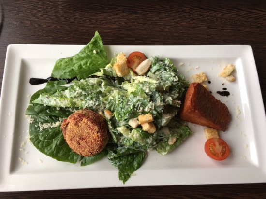 Mora, Suecia: excellent Caesar salad with Halloumi and the beet patty