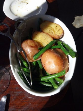 Blackheath, Australië: Roast potatoes and green beans.