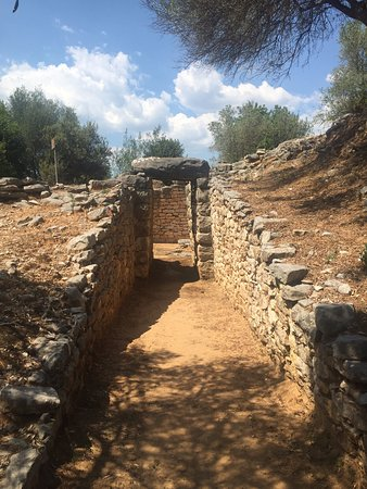 Mycenaean Vaulted Tomb Nichoria Karpofora