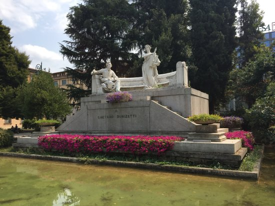 Teatro Donizetti : Donizetti Denkmal neben der Oper