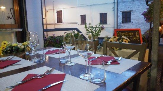 Fabriano, إيطاليا: Tavoli all'aperto