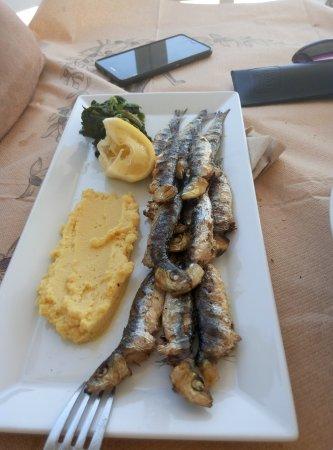 Paliria: Νοστιμη ψητή σαρδέλα με φάβα Σαντορίνης και χόρτα.
