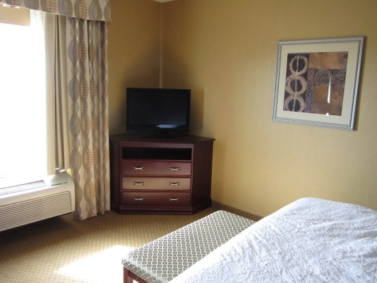 Ellensburg, WA: Yes the room has a tv. You didn't hear any noise, yet we were near a hwy.