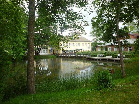 Fiskarsの風景。見える建物はしゃれたレストラン。