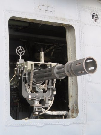 Shifnal, UK: Door gun on US helicopter - Cosford Museum (12/Aug/17).