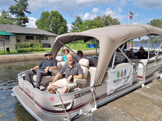 Elgin, แคนาดา: Guests aboard Rideau Tours' Pontoon boat for the 3 Lake Loop