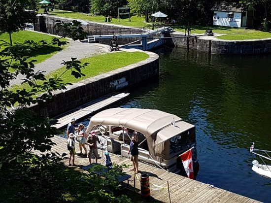Elgin, แคนาดา: Rideau Tours guests at Jones Falls on the 3 Lock Boat Tour