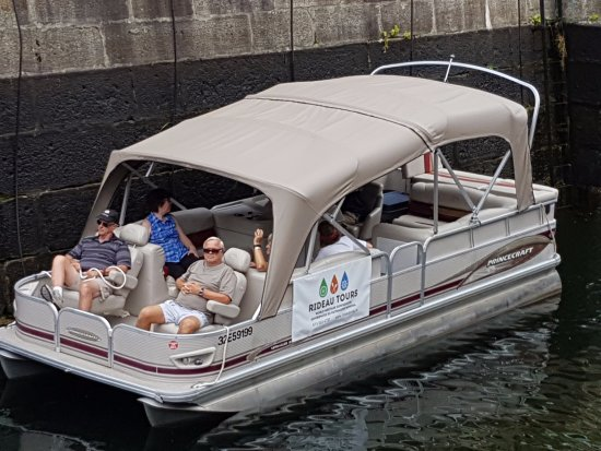 Elgin, แคนาดา: Cruising the Rideau Canal in comfort aboard a pontoon boat from Rideau Tours