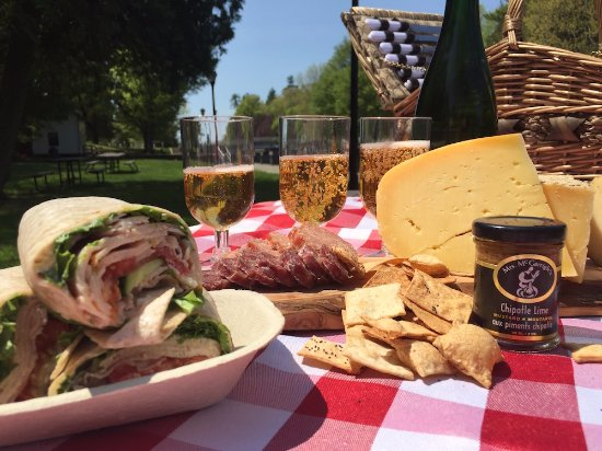 Elgin, Kanada: Local Flavours of the Rideau Gourmet Picnic brought to you by Rideau Tours