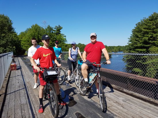 Elgin, Kanada: Cycling the scenic Cataraqui Trail with rental bikes from Rideau Tours