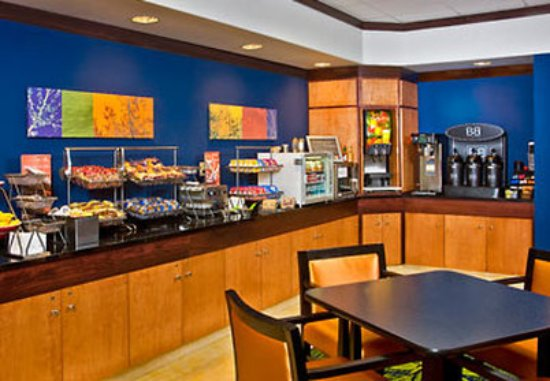 Fairfield Inn & Suites Hartford Airport: Breakfast Area