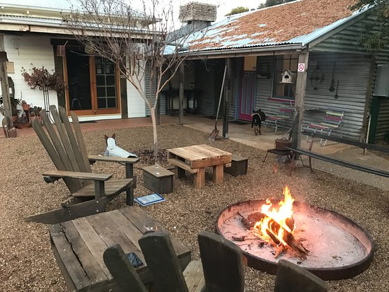 Hay, Australia: Camp kitchen and Pink Palace with open fire outside