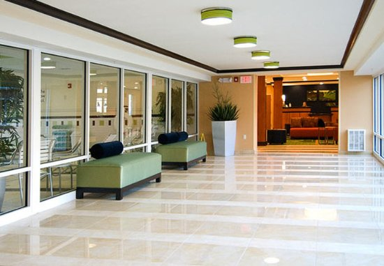 Plainville, CT: Lobby Hallway