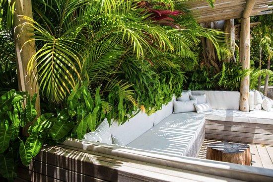 Nevis: Shaded comfort, overlooking the ocean