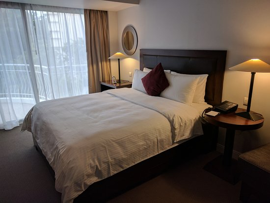 Copthorne King's Hotel Singapore: 7th floor, very nice suite. Bed was amazing, pillows of different types.