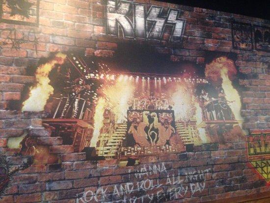 Kennesaw, GA: Kiss mural.