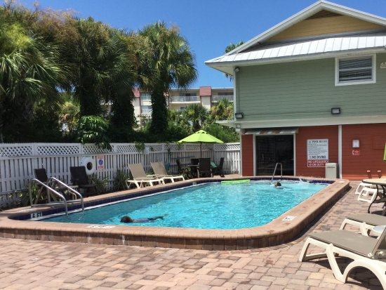 Legacy Vacation Resorts-Indian Shores: Quiet pool area