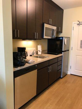 Ridgeland, MS: Kitchen with dishwasher, many cabinets, microwave, sink, refridgerator
