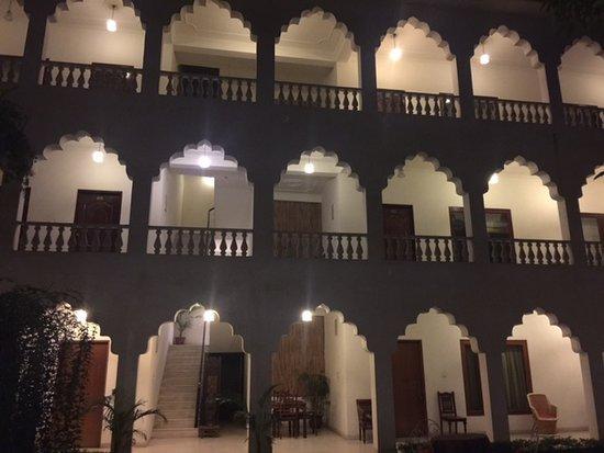 Rajasthan Palace Hotel: inner courtyard