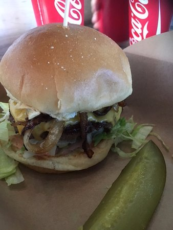 Laguna Niguel, Californië: Deemers Hamburger with grilled onions and American Cheese (extra. The pickle is extra as well.