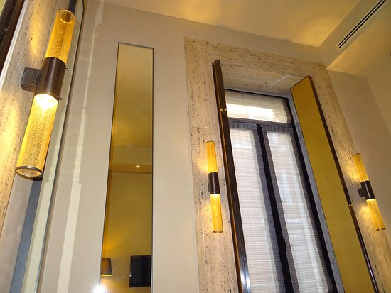 Park Hyatt Milan: The room has very high ceiling