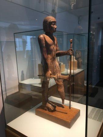 Barcelona Egyptian Museum: fantastische Holzfigur