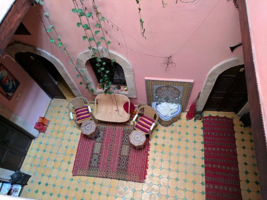 Riad Etoile d'Essaouira: Used towels in the fountain in an otherwise nice setting