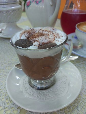 Кофейный коктейль с какао, шоколадом и сливками