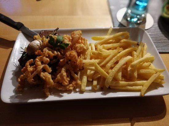 Lohr am Main, Niemcy: Rumpsteak mit frittierten Zwiebeln und Pommes