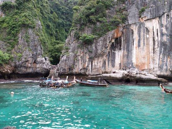 โรงแรมบ้านกันเที่ยง ซี: Viking cave Phi Phi Island