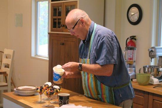 Duncan, Canada: Der Hausherr verziert die Obstschalen