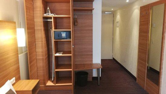 Hotel Cristal : Der Schrank (mit Safe) bietet genügend Ablagefläche