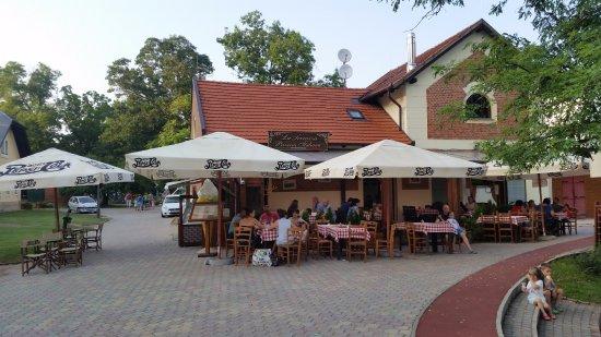 Nyiregyhaza, Ungarn: Az étterem a Sóstó partján.