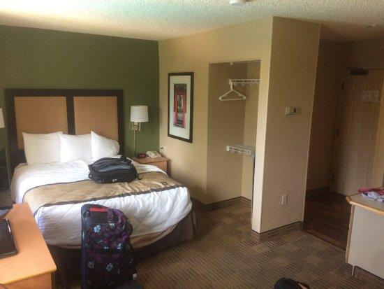 Miami Springs, FL: Bed and doorless closet