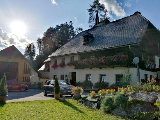 """Murau, Austria: Zwischen dem Haupthaus und dem Stadl seht ihr die """"Alte Mühle"""" (Selbstversorgerhaus)"""
