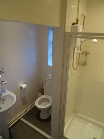 Cheadle, UK: Twin room (3) external private bathroom