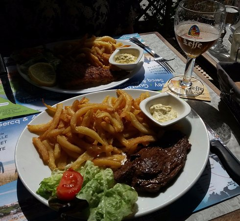 Villedieu-les-Poeles, ฝรั่งเศส: Steak + chips - 13Eur