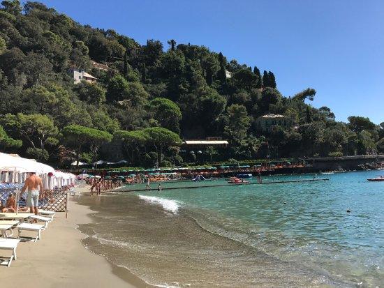Vista della baia di paraggi dalla spiaggia bosetti foto di bagni