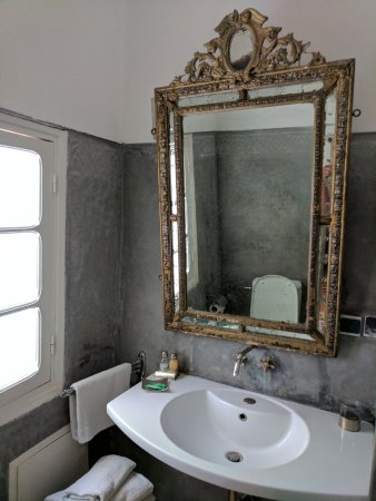 Hotel du Tresor: Stylish bathroom with everything you would need