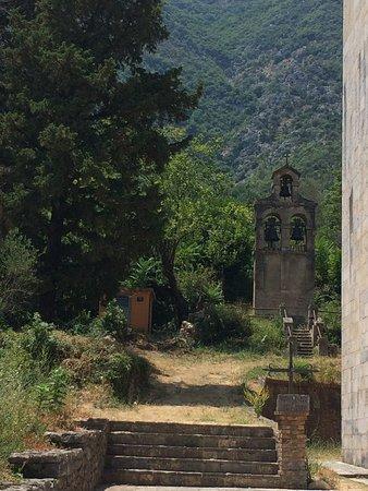 Prcanj, Montenegro: Links achter kerk