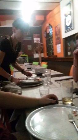 Bolzano Novarese, Italia: La cameriera