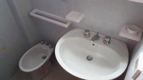 Marina di Mandatoriccio, Italien: Gli spazi angusti delle camere e del bagno