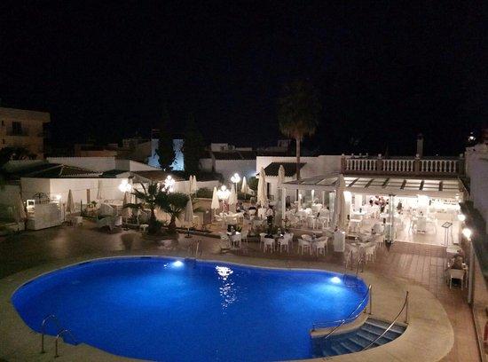 Piscina zona de tumbonas y bar picture of hotel villa - Tumbonas para piscina ...