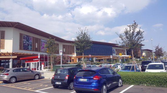 Arese, Italie : IL Centro Mall Parking