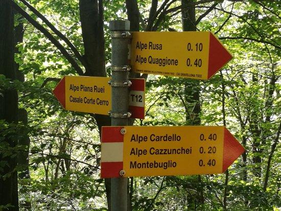 Casale Corte Cerro, Italia: per la via..