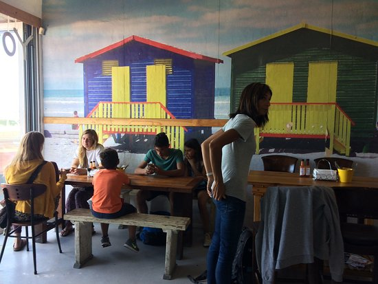 Muizenberg, Güney Afrika: Food counter and decor. You get the same view lookjn