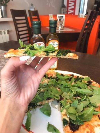 Pizza Wloska Robiona Na Siatce Rukola Suszone Pomidory Kurczak