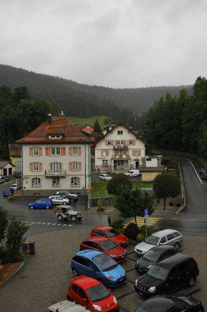 Le Brassus, Suíça: Vue de la chambre sur la rue principale