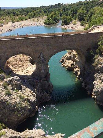 Saint-Jean-de-Fos, Francia: Vue du pont du diable sur la petite plage