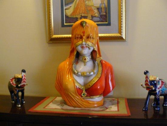 Hotel Anuraag Villa: loved this statue